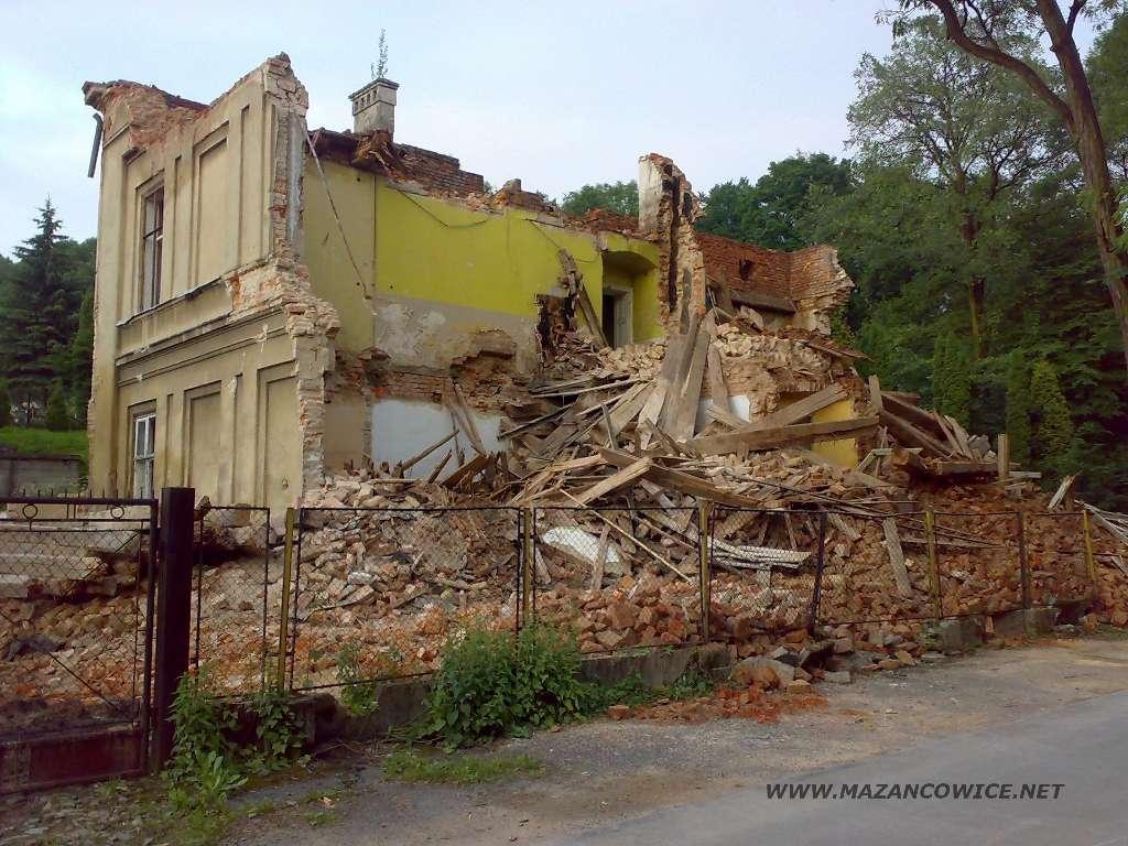 Szkoła w trakcie  burzenia